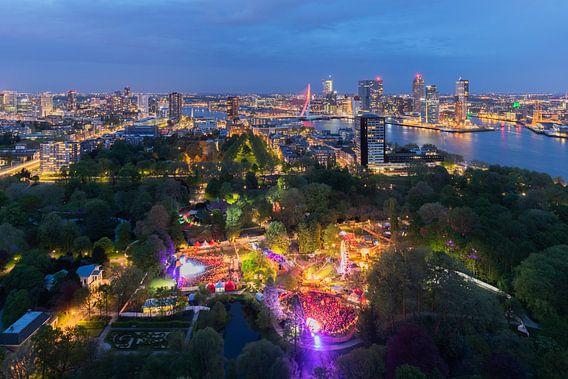De skyline van Rotterdam by Night tijdens Oranjebitter 2018 van MS Fotografie