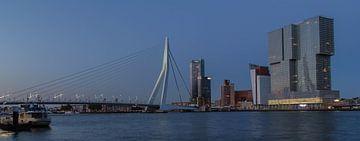 Zonsondergang op de Wilhelminapier en Erasmusbrug van Peter Hooijmeijer