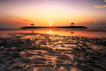 Balinese tempel in de zee, zonsopgang en eb in Sanur van Fotos by Jan Wehnert