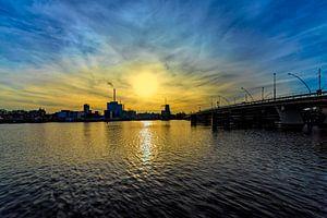 zicht op een rivier , met grote brug bij ondergaande zon van Rita Phessas