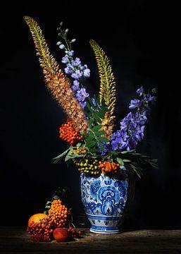 Stilleben in antiker Delfter blauer Vase mit Eremuren von Saskia Dingemans