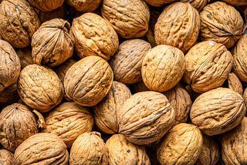 een hoop walnoten in een schaal van Henk Hulshof