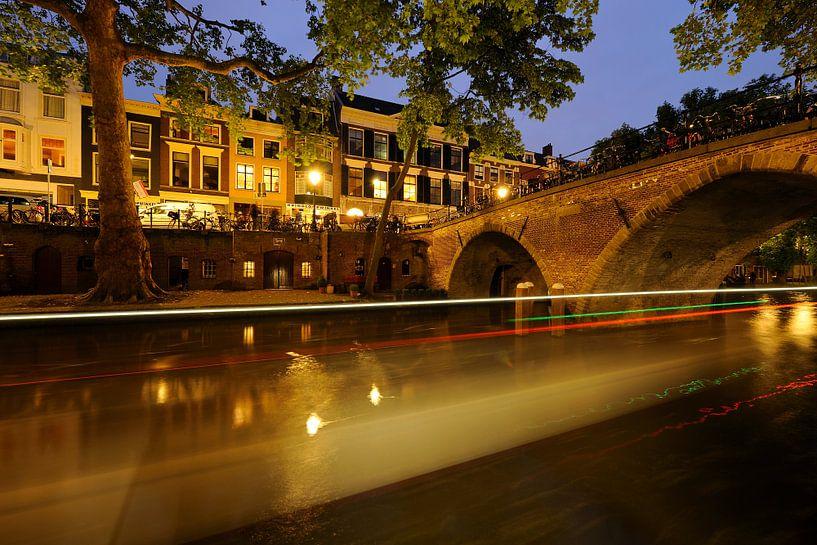 Oudegracht met Weesbrug in Utrecht met passerende boot van Donker Utrecht