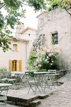 Terrasse in der Provence   Typische französische Stühle in einem alten Dorf in Frankreich   Reisefot von Milou van Ham