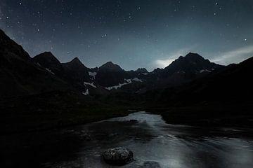 Montagnes sombres dans la nuit dans les Alpes autrichiennes près de Kuhtai sur