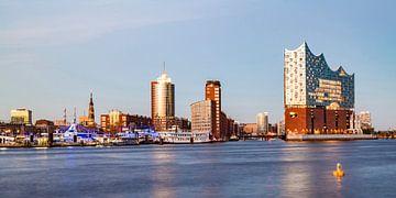 HafenCity mit der Elbphilharmonie in Hamburg von Werner Dieterich