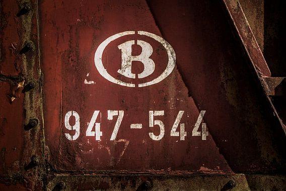 Details van een oude verlaten trein op een doodlopend spoor.