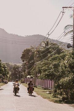 Scooterrijders in Thailand van Moniek Kuipers