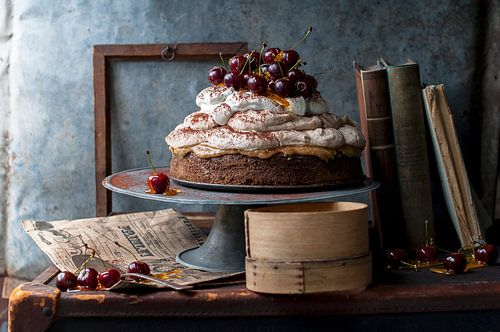 Kastanje mousse cake met caramel-gecoate kersen