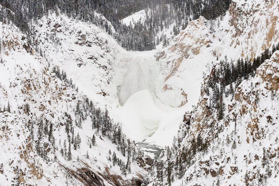 Waterval in Yellowstone Nationaal Park in de winter van Caroline Piek