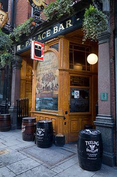 Cafe in Dublin, Ierland van Kees van Dun
