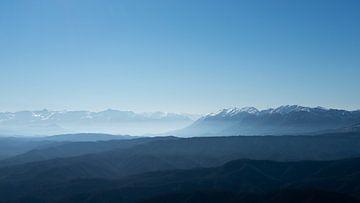 Niedrige Berge im Nebel. von Axel Weidner