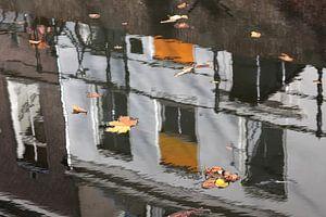 Spiegeling in de Oude Gracht van Utrecht 4