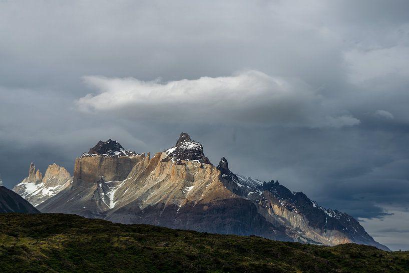 Los Cuernos in Pategonia, Torres del Paine van Gerry van Roosmalen