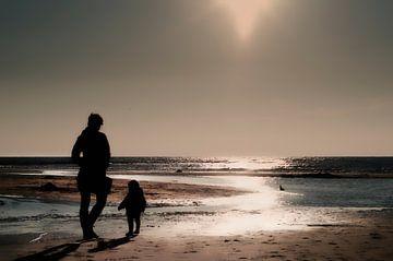 Moeder en dochter aan het strand sur Tammo Strijker