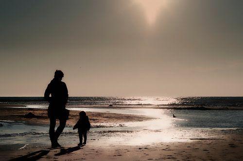 Moeder en dochter aan het strand van