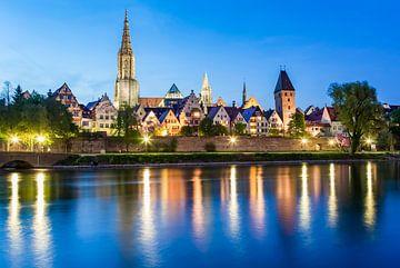 Ulm op de Donau met 's avonds de Ulmse kathedraal van Werner Dieterich