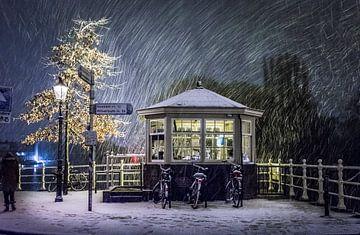Brugwachtershuisje in de sneeuw - Weesp in Beeld van Joris van Kesteren