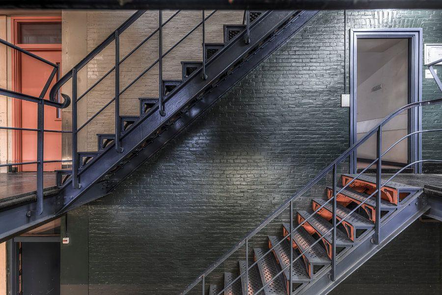 Trappenhuis symmetrie leegstaande gevangenis Schutterswei in Alkmaar van Sven van der Kooi