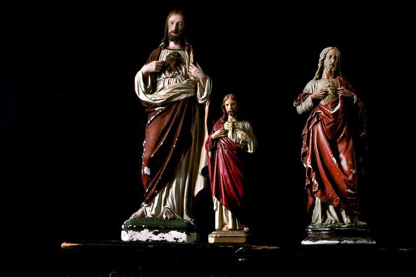 Foto eines Stilllebens mit Jesus-Statuen. von Therese Brals
