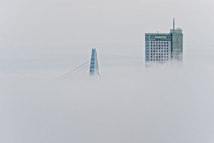 Erasmusbrug en Maastoren | Mist Rotterdam van Rob de Voogd / zzapback
