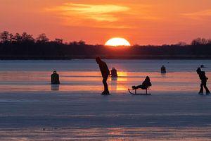 Natuurijsplezier bij zonsondergang van Jan Willem Oldenbeuving