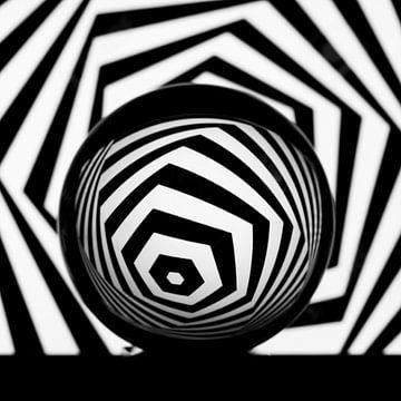 Kugel mit schwarzer & weißer Hintergrund von Nancy Bogaert