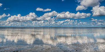 Wolkenlucht boven De Wadden nabij Paesens-Moddergat van Harrie Muis