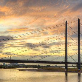 Rheinkniebrücke in Düsseldorf van Michael Valjak