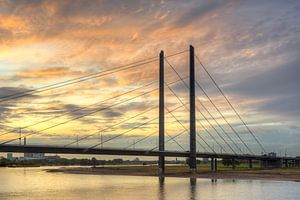 Rheinkniebrücke in Düsseldorf van
