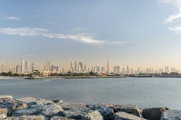 De bizar mooie Dubai Skyline gezien vanaf het strand van Bas Fransen