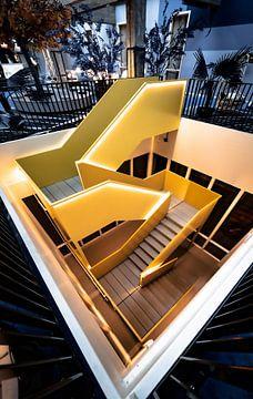 Gelbe Treppe in Zimmergenosse Bruno, Rotterdam von vedar cvetanovic
