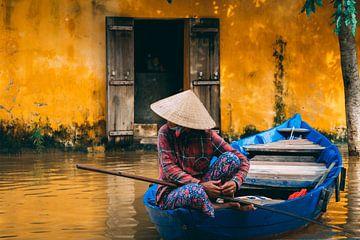 Blaues Boot in den orangefarbenen Straßen von Hoi An von Eveline Dekkers