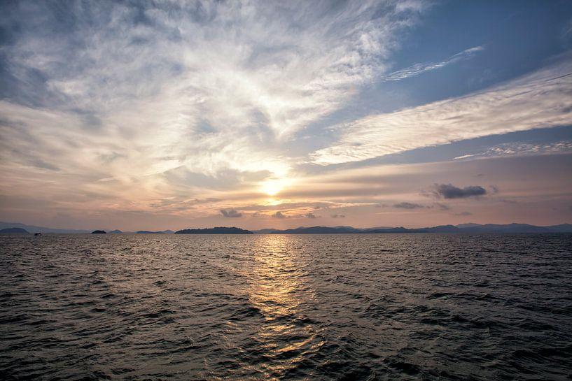 Een mooie zonsopkomst tussen berg in de baai van phangnga, Thailand van Tjeerd Kruse