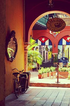 Op de binnenplaats van een oud gebouw met vintage Cubaanse decoratie van Carolina Reina