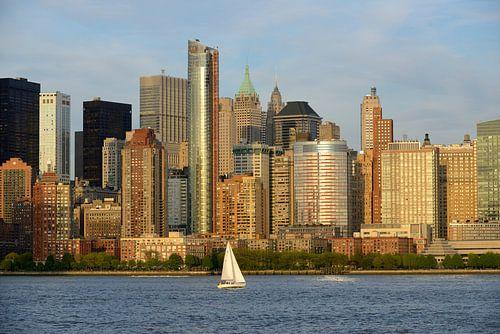 Lower Manhattan in New York bij zonsondergang met zeilboot