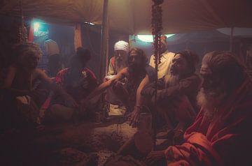 Guru's verzamelen onder een tent tijdens een hindoeïstische ceremonie van Edgar Bonnet-behar