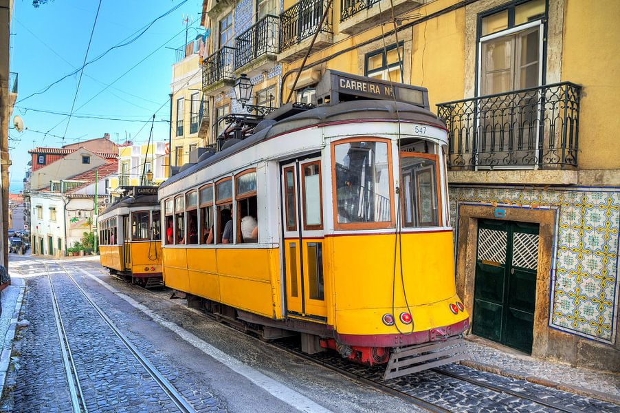 Gele trams in Lissabon van Dennis van de Water
