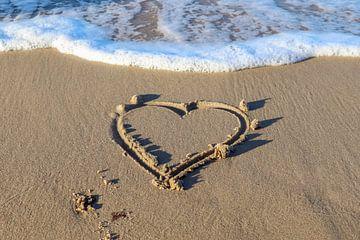Herz gemalt in den Strandsand an der Ostsee von MPfoto71