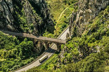 De elkaar kruisende wegen in het berggebied van Pancorbo in Noord Spanje van