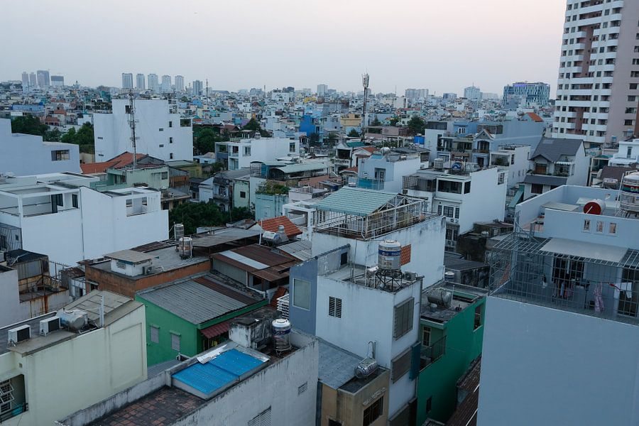De daken van Ho Chi Minhstad, Vietnam van Gijs de Kruijf