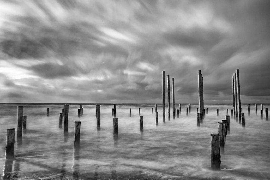 Palendorp Petten in de zee, zwart-wit van Mirjam Boerhoop - Oudenaarden