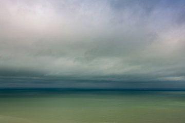Dreigende wolken aan zee van Caroline van der Vecht