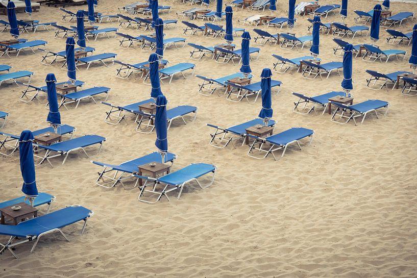 Strandbedjes op het Makris Gialos strand, Kefalonia van Sven Wildschut