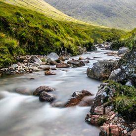 Der Fluss Etive in einem Tal bei Glencoe in Schottland von Arthur Puls Photography