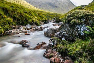 De rivier Etive in een dal bij Glencoe in Schotland van Arthur Puls Photography