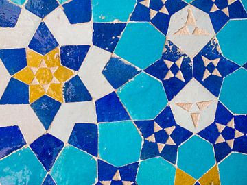 Kleurrijke mozaïek tegels van een moskee in Iran van Teun Janssen