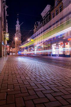 Tram verkeer voor de Munttoren in Amsterdam in de nacht van Bart Ros