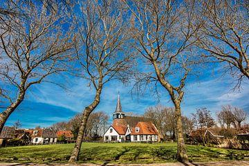 Historisch kerkje vlak buiten t dorpje Makkum, Friesland, aan de rand van het IJsselmeer van Harrie Muis