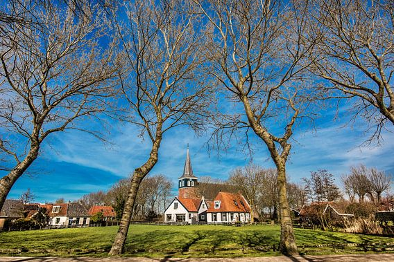 Historisch kerkje vlak buiten t dorpje Makkum, Friesland, aan de rand van het IJsselmeer